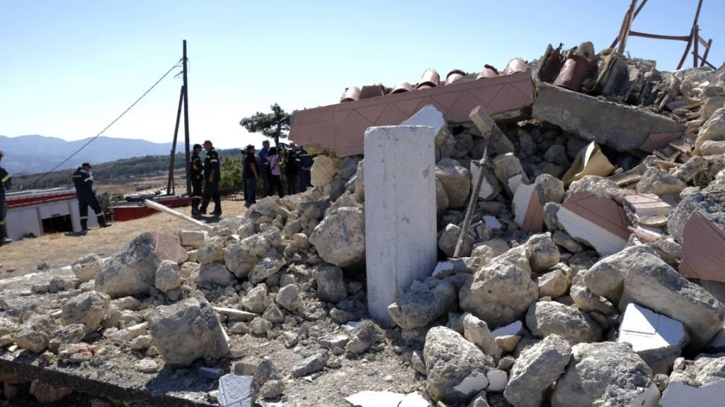 dpatopbilder - Feuerwehrleute stehen neben der zerstörten griechisch-orthodoxen Kirche Profitis Ilias, nachdem das Dorf Arkalochori im Süden der Insel Kreta von einem Erdbeben erschüttert wurde. Foto: Harry Nakos/AP/dpa