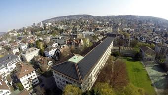 Die Solaranlage auf dem Dach der Kantonsschule