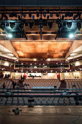 Neue Stühle, mehr Beinfreiheit und verbesserte Zugänge zeichnen den renovierten Zuschauersaal des Theater Basel aus.