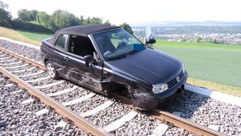 Eine 21-jährige Frau ist mit ihrem VW Golf Cabrio in Zufikon von der Strasse abgekommen und auf den Gleisen der Bremgarten-Dietikon-Bahn gelandet. Sie erlitt leichte Verletzungen.