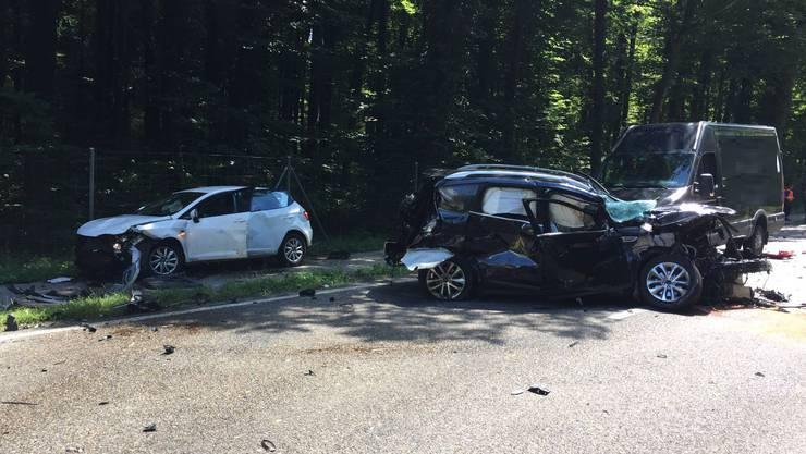Aus noch unerklärlichen Gründen kam es in Bülach zu einer Kollision zwischen einem Lastwagen, drei Personenwagen und einem Lieferwagen. Eine Schwangere Frau und ihr ungeborenes Kind sterben beim Unfall. Ihr Ehemann und eine weitere Person wurden mittelschwer verletzt.