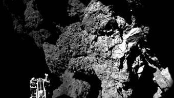 Philaes erstes Bild von der Oberfläche. Es wurde aus zwei Einzelbildern zusammengesetzt. Links unten ist einer der drei Landefüsse zu sehen.ESA/EYSTONE