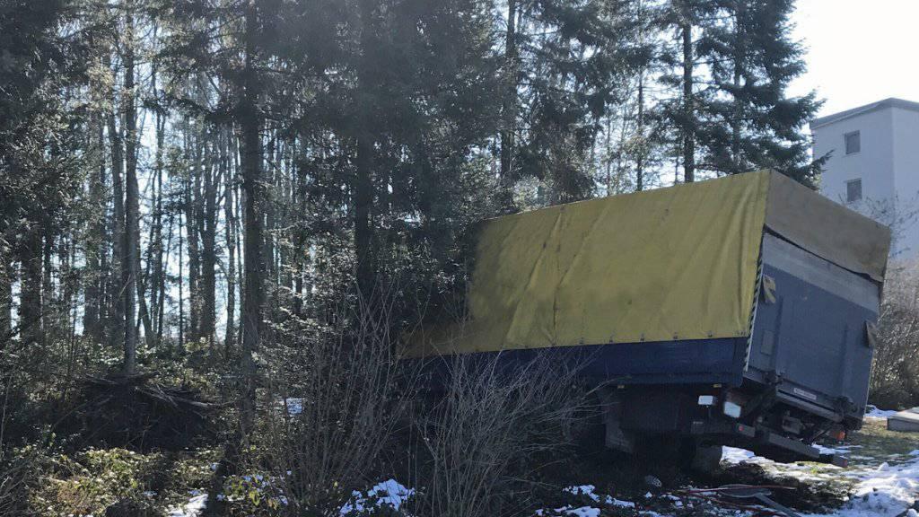 Ein Lastwagen landet nach der Kollision mit einem Lieferwagenanhänger bei Neuenkirch LU in den Bäumen.