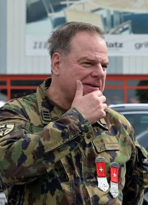 Der Eidgenössische Schiessoffizier Heinz Eng zeigt stolz die beiden Kränze, die er sich mit Pistole und Gewehr verdient hatte