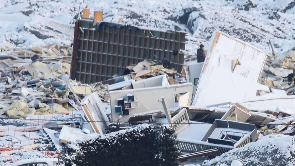 Eine Rettungsmannschaft sucht nach einem Erdrutsch nach vermissten Menschen. Zu dem Erdrutsch in der Kommune Gjerdrum war es bereits am frühen Morgen des 30.12.2020 gekommen, er hatte sich auf einer Länge von etwa 700 Metern und einer Breite von 300 Metern ausgedehnt. Foto: Terje Pedersen/NTB/dpa