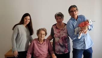 Fünf Generationen Schürmann auf einem Foto: Hermiene (95), Susi (76), Stefan (54), Daniela (28) und der neue Sonnenschein der Familie, Baby Amelia-Fiona.