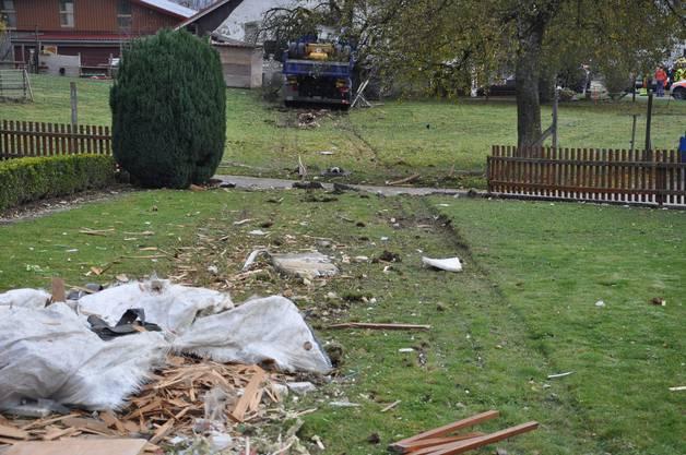 Nachdem er auf die Gegenfahrbahn geriet und einen Gartenzaun durchbrach kam das Fahrzeug schliesslich beim Aufprall mit einem Baum zum Stehen.