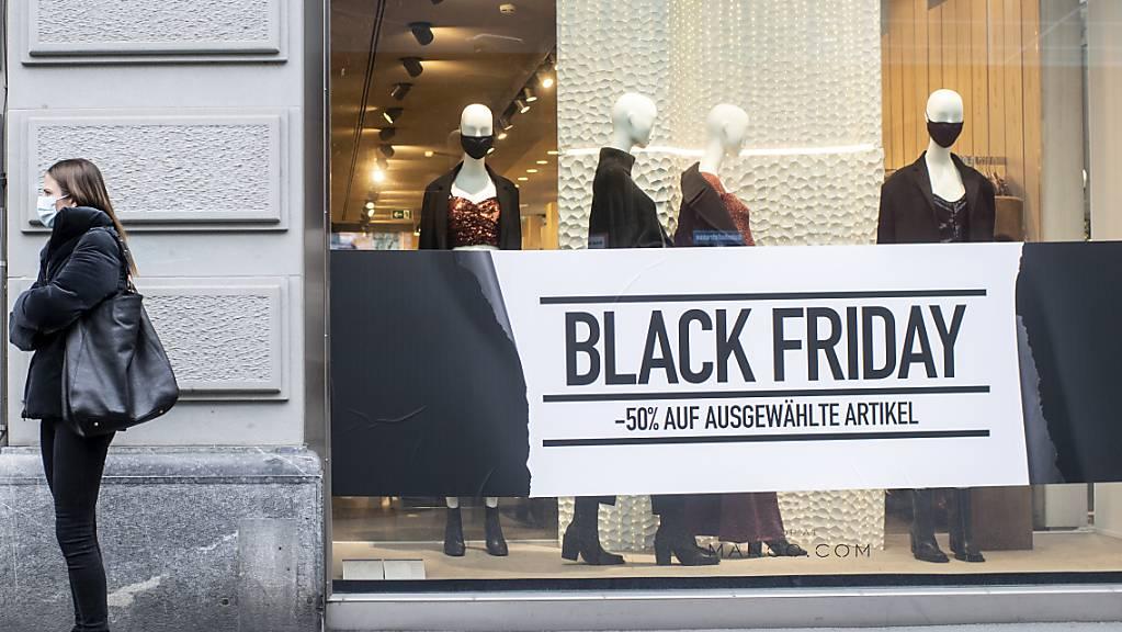 Am Black Friday herrscht Kaufrausch: Die Kunden stürzen sich auf die Angebote. (Archivbild)