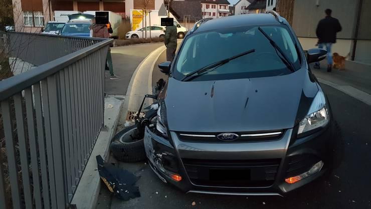 Der Unfallfahrer kam dann von der Strasse ab und kollidierte in der Folge mit einem Brückengeländer.
