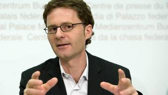 Chefökonom des Schweizerischen Gewerkschaftsbundes und Mitglied im Bankrat der Schweizerischen Nationalbank.