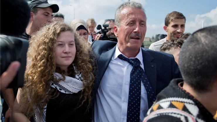 Ahed Tamimi (17) wird nach acht Monaten Haft von ihrem Vater Bassem in Empfang genommen. Nasser Nasser, Keystone