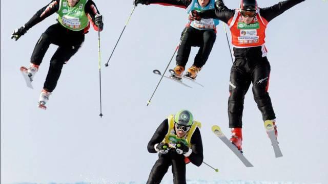 Spektakuläre Skicross-Rennen in Japan