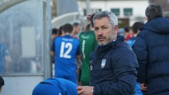 Das erste Kapitel: Lenzburg-Trainer Emilio Munera (im Bild) wird von Suhr-Assistenztrainer Ömer Yelli beschimpft. Letzterer sieht daraufhin vom Schiedsrichter die rote Karte.
