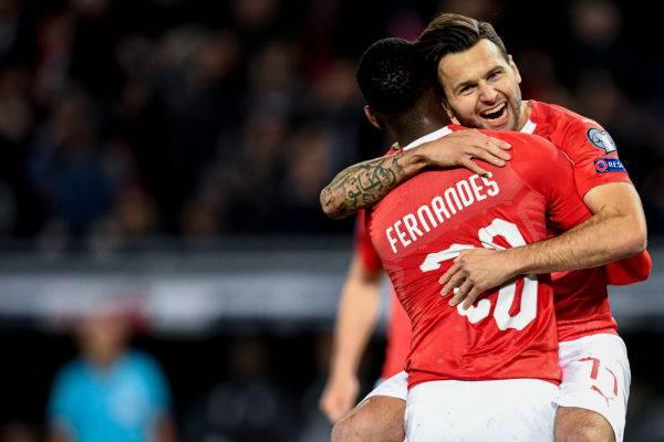 Renato Steffen (h.) umarmt den Torschützen Edmilson Fernandes (v.) nach dem wichtigen 2:0.