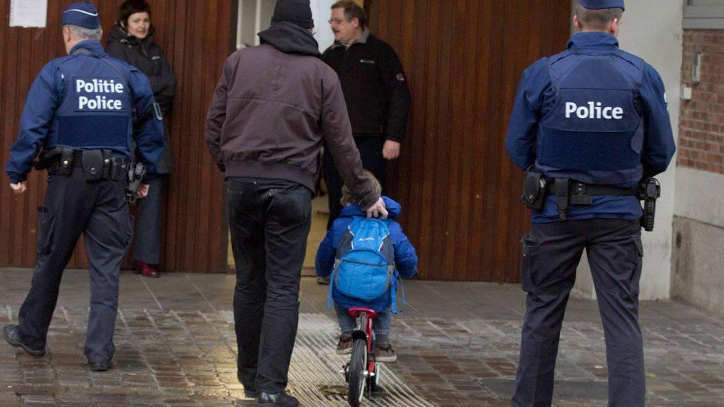 Brüssel kehrt allmählich zur Normalität zurück. Trotz Terrorgefahr nahm die Metro den Betrieb wieder auf und die Schulen öffneten wieder. Dies alles geschieht unter grossem Polizeischutz.