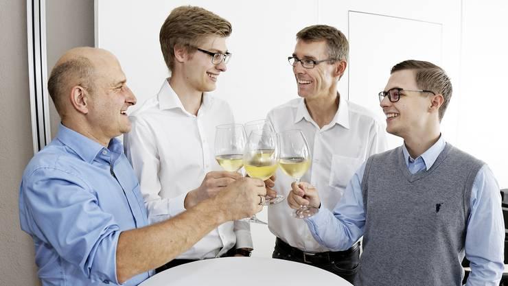 Grund zum Anstossen im Nein-Komitee. Von links: Roland Basler (BDP), Benjamin Riva (Jungfreisinnige), Lukas Pfisterer (Präsident FDP Aargau) und Michael Umbricht (Jungfreisinnige) stossen auf den Abstimmungssieg an.