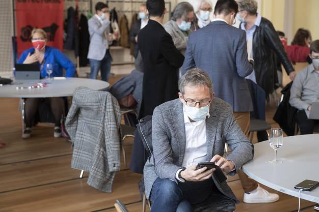 Bedrückte Stimmung bei der SP: Urs Hofmann konsultiert die neusten Wahlergebnisse.
