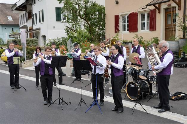 Die Einweihung der sanierten Wintersingerstrasse in Magden wurde mit Oldtimern gefeiert. Zum Einweihungsfest kamen zahlreiche Einwohner;Musikgesellschaft Magden.