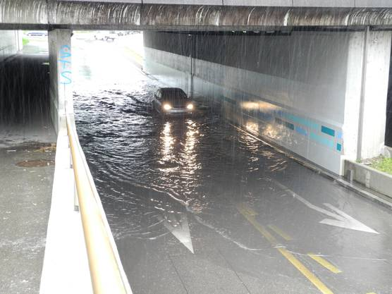 Die Unterführung steht unter Wasser