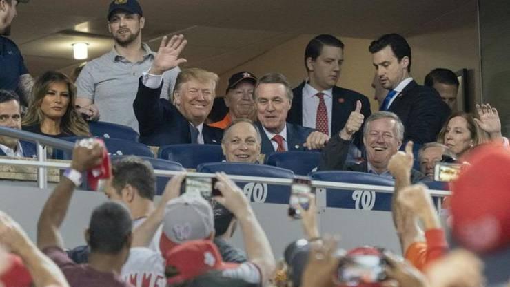 Nicht alle Fans am Baseball-Finalspiel zwischen den Washington Nationals und den Houston Astros begrüssten US-Präsident Donald Trump und First Lady Melania Trump so herzlich.