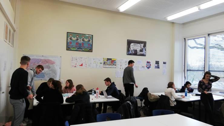 Die Gruppen diskutieren über die Entwicklung der Firma.