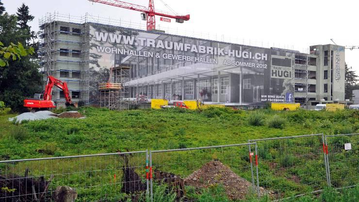Der Umbau der ehemaligen Schuhfabrik Hug zu Loftwohnungen ist in vollem Gang. Das Erscheinungsbild der von der Bahnlinie aus sichtbaren Südfassade steht jetzt unter Denkmalschutz.  Bruno Kissling
