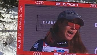 Sofia Goggia ist im Zielgelände auf dem grossen Bildschirm beim Singen der Nationalhymne zu sehen.