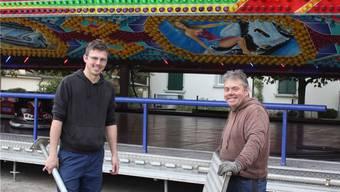 Das ganze Jahr im Wohnwagen unterwegs: Mike Bourquin (links) gemeinsam mit Vater Sacha Bourquin.