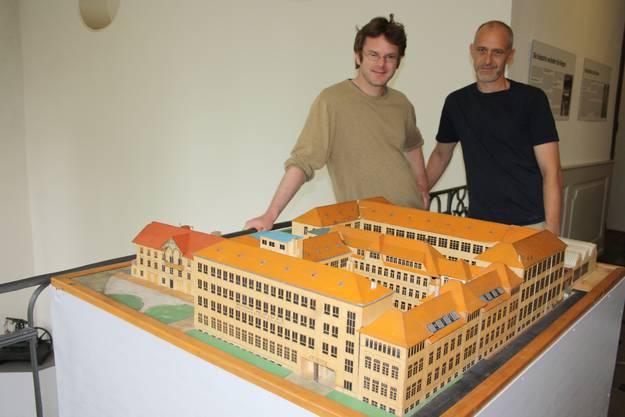 Museumkonservator Erich Weber und Ausstellungsmacher Werne Feller mit dem Modell der Sphinx-Werke von ca