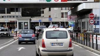 Im Tessin erzeugen mehr als 60'000 italienische Grenzgänger Druck auf die Löhne.