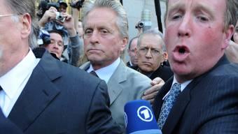 Hatte sich wiederholt für eine Haftverkürzung seines Sohnes Cameron eingesetzt: Schauspieler Michael Douglas (M.), hier nach der Urteilsverkündung im Jahr 2010. (Archiv)