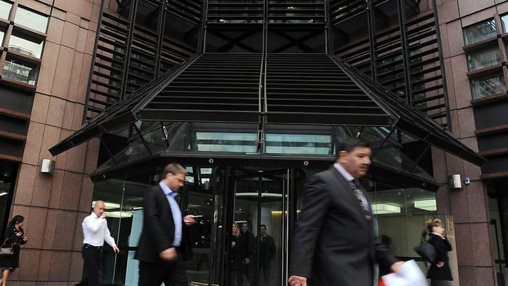 UBS-Gebäude in London: Die Grossbank hat ihre Pläne für Stellenverlagerung nach dem Brexit gemacht. Je nach Brexit-Ausgestaltung könnten rund 1000 Jobs in andere EU-Städte umgesiedelt werden. (Archivbild)