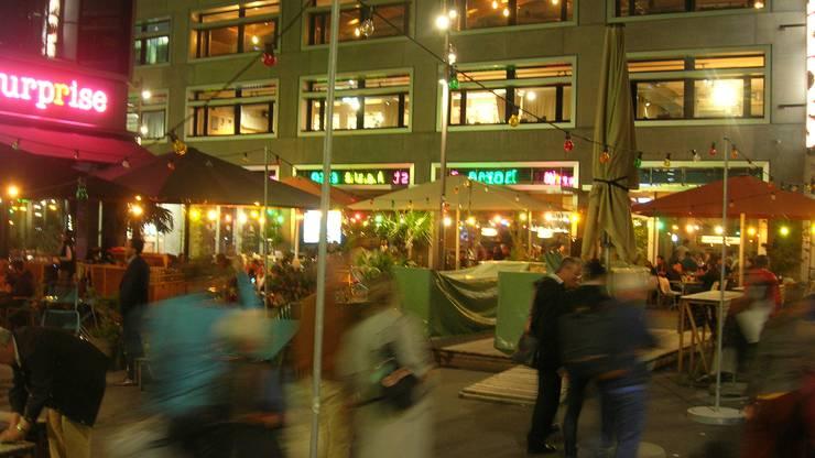 Vor dem Kulturhaus Kosmos und dem 25-Hours-Hotel sitzen die Leute selbst an einem kühlen Herbstabend noch draussen.