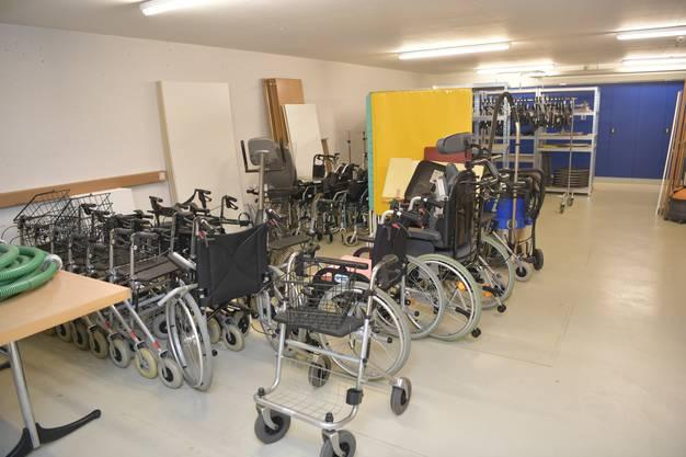 Auch Hilfsmaterial, wie zum Beispiel Rollatoren und Rollstühle können eingelagert werden.