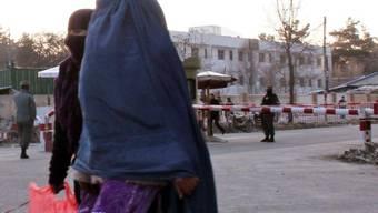 Frauen in Kabul müssen sich verhüllen (Archiv)