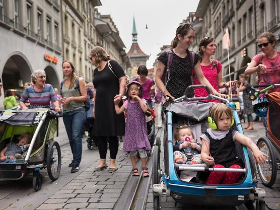 Am Frauenstreik in Bern protestierten bei der Kinderwagen-Demo Mütter und Kinderbetreuerinnen gemeinsam.