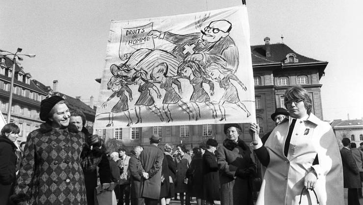 Mit einem «Marsch auf Bern» demonstrierten vor 50 Jahren, am 1. März 1969, über 5000 Frauen und Männer für das Frauenstimm- und Wahlrecht und dagegen, dass der Bundesrat die Europäische Menschenrechtskonvention nur mit Vorbehalt zum Frauenstimmrecht unterzeichnen wollte. Die Demonstration gilt als Initialzündung dafür, dass es mit der Einführung des Frauenstimmrechts in der Schweiz endlich vorwärts ging.