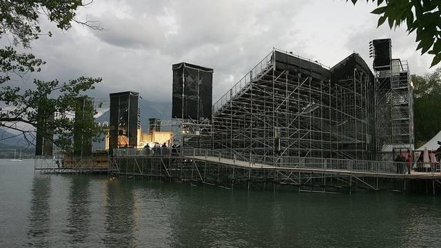 Bei den Proben für die Thuner Seespiele kriegt ein Darsteller nasse Füsse (Symbolbild)