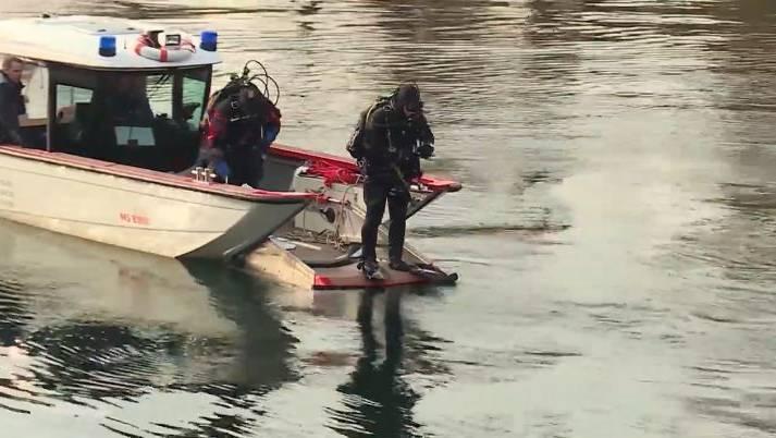 Polizeitaucher fanden den Mann mehrere Meter unter der Wasseroberfläche. (Archiv)