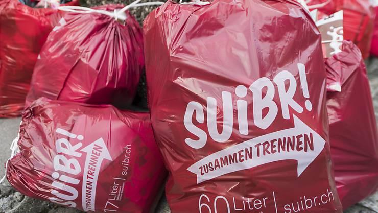 """""""Suibr"""" soll es sein: Abfallgebühren decken landesweit nur 72 Prozent der Kosten. Im Bild: Gebührensäcke der Gemeinde Stans NW, beschriftet im lokalen Dialekt. (Archivbild)"""