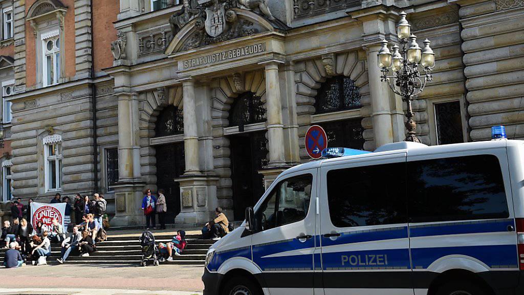 Der 29-jährige Zürcher, der seit dem G20-Gipfel in Hamburg in U-Haft sass, kommt auf freien Fuss: Er ist am Donnerstag zu einer bedingten einjährigen Strafe verurteilt worden. Im Bild das Strafjustizgebäude, in dem am 28. August der erste G20-Prozesse stattfand.