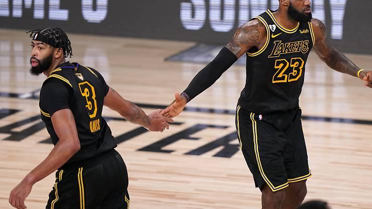 Die beiden Dominatoren der Los Angeles Lakers klatschen sich ab: Anthony Davis (3) und LeBron James (23).