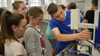 Lernende erklären Schülerinnen und Schülern an einer Berufsmesse ihre Berufe (Symbolbild)