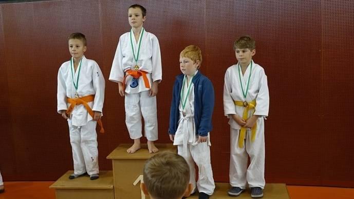 Yanis Bersnak (Zweiter v. l.) konnte in St. Gallen in der Kategorie U11 bis 30kg die Goldmedaille gewinnen.