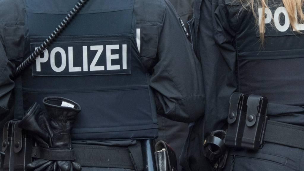 In Deutschland muss die Polizei Jugendliche zur Vernunft bringen, die sich nicht an die Anweisungen der Behörden aufgrund der Coronavirus-Pandemie halten. (Symbolbild)