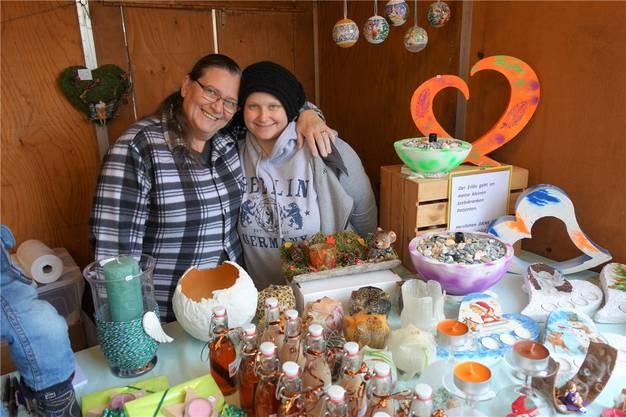 Elisabeth und Franziska Fässler verkaufen zugunsten krebskranker Kinder.
