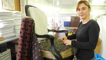 Ladina Kessler polstert einen Stuhl im Atelier von Urs Nussbaumer in Lüterkofen.