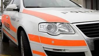 Die Flucht der Strolchenfahrer endete damit, dass sie das Auto in einen Stromkasten fuhren. (Symbolbild)