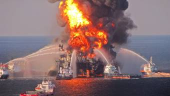 """Löscheinsatz bei der Bohrinsel """"Deepwater Horizon"""" am 22. April 2010 (Archiv)"""