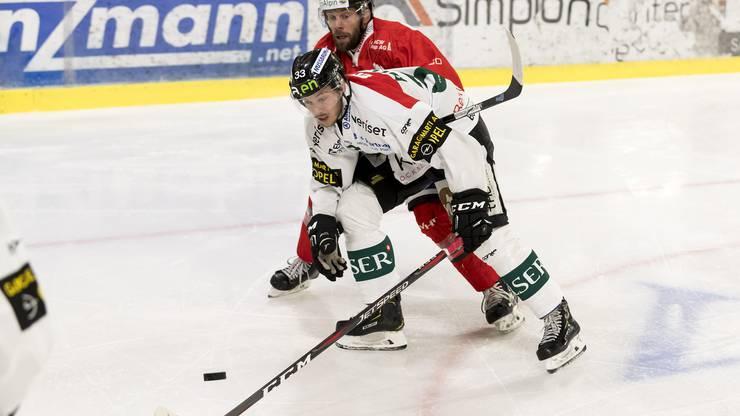 Nach einer Strafe gegen Visps Haueter schiesst der Oltener Grossniklaus zum 1:0.